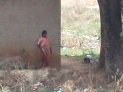 desi lady pissing behind her house | desi girls   doggy   lady   pissing